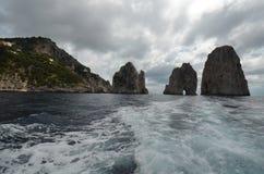 Faraglioni, för kusten, vaggar för havet, kust- och oceaniska landforms, arkivfoto
