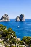 Faraglioni i den Capri ön - Italien Arkivfoto