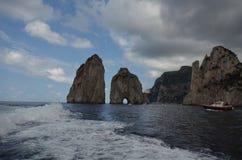 Faraglioni, kust- och oceaniska landforms, havet, kust, vaggar royaltyfria bilder