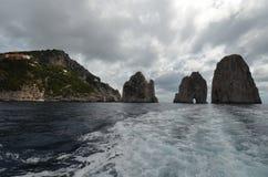 Faraglioni, kust- och oceaniska landforms, havet, kust, vaggar royaltyfria foton