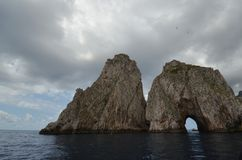 Faraglioni, kust- och oceaniska landforms, vaggar, holmen, kust arkivfoto