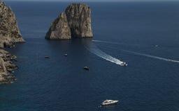 Faraglioni nära den Capri ön arkivbilder