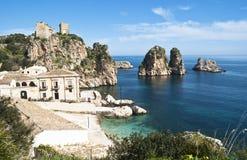 Faraglioni och Tonnara på Scopello, Sicily Arkivfoto