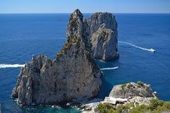 Faraglioni som ses från den Pizzolungo slingan, Capri, Italien Arkivbilder