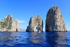 Faraglioni - tres rocas famosas, isla de Capri - Italia Fotografía de archivo