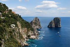 Faraglioni vaggar, Capri Royaltyfri Foto
