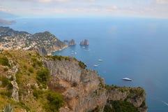 Faraglioni vaggar Capri, Italien Arkivbild