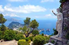 Faraglioni vaggar Capri, Italien Arkivbilder