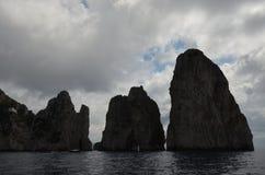 Faraglioni vaggar, kust- och oceaniska landforms, havet, himmel arkivbilder