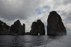 Faraglioni vaggar, kust- och oceaniska landforms, havet, himmel arkivfoto
