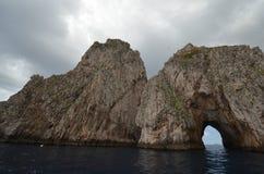 Faraglioni vaggar, kust- och oceaniska landforms, kusten, klippa royaltyfri foto
