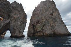 Faraglioni vaggar, kust- och oceaniska landforms, kusten, klippa fotografering för bildbyråer