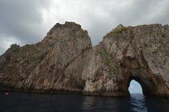 Faraglioni vaggar, seglar utmed kusten, för klippan, kust- och oceaniska landforms arkivfoton