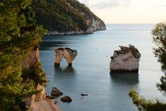 Faraglioni van Baia delle Zagare, Italië Stock Foto's