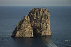 Faraglioni vicino all'isola di Capri fotografia stock
