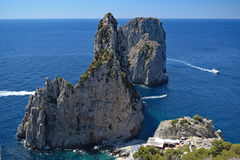 Faraglioni vu de la traînée de Pizzolungo, Capri, Italie images stock