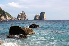 Faraglionien vaggar, den Capri ön Fotografering för Bildbyråer