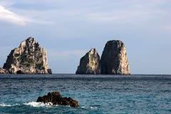 Faraglionien vaggar, den Capri ön Arkivbild