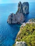 Faraglioniklippen op het Eiland Capri in de Middellandse Zee stock foto's