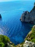 Faraglioniklippen op het Eiland Capri in de Middellandse Zee stock afbeelding