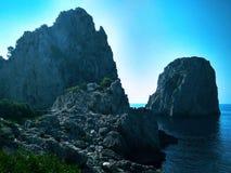 Faraglioniklippen op het Eiland Capri in de Middellandse Zee royalty-vrije stock afbeeldingen