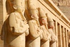 Faraostatyer på templet av Luxor royaltyfri fotografi