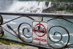 Faratecken nära den Niagara vattenfallet Fotografering för Bildbyråer
