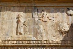 Faravahar皇家坟茔门面,在老城市Pe废墟的标志  免版税库存照片
