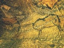 Farba ludzki polowanie na piaskowiec ścianie, prehistoryczny obrazek Czarna abstrakcjonistyczna sztuka w piaskowcowej jamie Fotografia Royalty Free