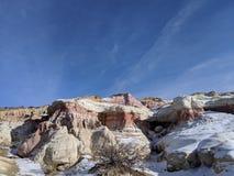 Farba minuje czerwieni i bielu skałę z niebieskim niebem fotografia royalty free