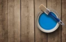 Farba może na drewnianym tle fotografia royalty free
