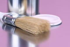 Farba może z muśnięcia domowym dekoruje narzędziem zdjęcie stock