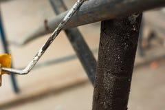 Farba rolownik na żelaznej drymbie zdjęcia stock