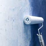 Farba rolownik stosuje farbę na biel ścianie, domowi ulepszenia obrazy stock