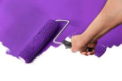 Farba rolownik z purpurami Nad biel ścianą Fotografia Royalty Free