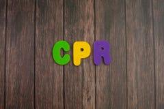 Farbalphabet in der Abkürzung des Wortes CPR der Herz-Lungen-Wiederbelebung auf hölzernem Hintergrund stockfotografie