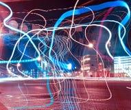 Farbbänder über Nachtstraßen Stockfotografie
