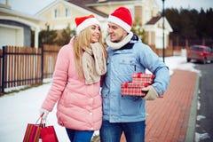 Farbbänder, Scheren, Bogen und Weihnachtsmarken Stockfoto