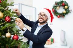 Farbbänder, Scheren, Bogen und Weihnachtsmarken Lizenzfreie Stockfotos