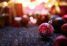 Farbbänder, Scheren, Bogen und Weihnachtsmarken Lizenzfreie Stockbilder