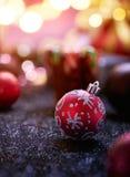 Farbbänder, Scheren, Bogen und Weihnachtsmarken Stockbilder