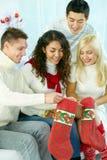 Farbbänder, Scheren, Bogen und Weihnachtsmarken Stockfotografie