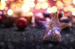Farbbänder, Scheren, Bogen und Weihnachtsmarken Lizenzfreies Stockbild