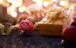 Farbbänder, Scheren, Bogen und Weihnachtsmarken Lizenzfreie Stockfotografie