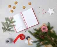 Farbbänder, Scheren, Bogen und Weihnachtsmarken Behälter mit Bändern und Weihnachtstags Stockbild