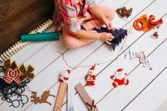 Farbbänder, Scheren, Bogen und Weihnachtsmarken Kunstdekorationsprozeß Stockfotografie