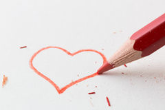 Farbbleistift angezeigt im Liebesherzen lizenzfreie stockbilder