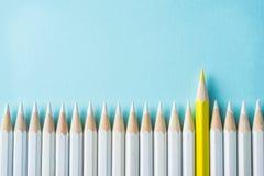 Farbbleistift auf Hintergrund des blauen Papiers Es ` s Symbol der Teamwork, vereinigt und der Kommunikation lizenzfreies stockfoto