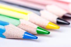Farbbleistift lokalisiert auf einem weißen Hintergrund Linien von Bleistiften getrennte alte Bücher Viele sortierte Farbbleistift Stockfotografie