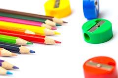 Farbbleistift mit Bleistiftspitzer Stockbilder